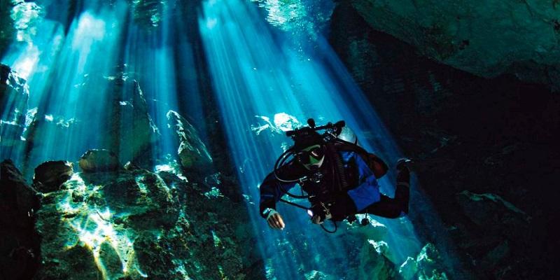 photo hd du site de plongée sous marine Cenote Calavera ou temple of doom au mexique