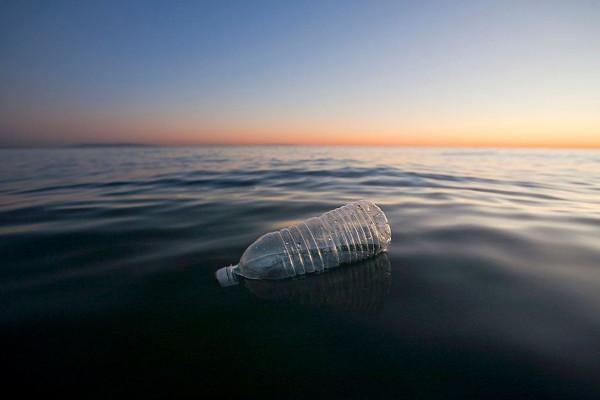 bouteille plastique flotte sur la mer