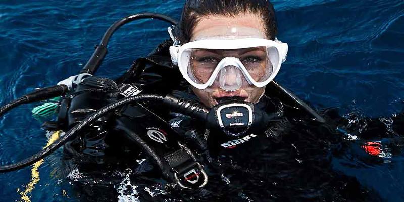 plongeuse sous marine à la surface